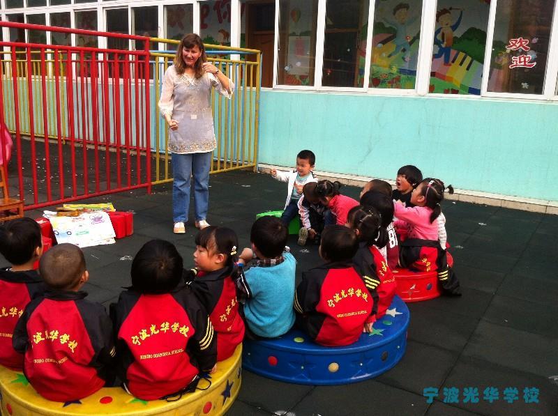 宁波光华幼儿园是一所光华教育集团所属的14所全日制寄宿制民办中小学幼儿园之一。环境幽雅,设施齐备,理念先进,注重情感和素质教育。办学十几年硕果累累,培养了上千名优秀毕业学子。 幼儿园致力于孩子的全方位发展,以身体素质培养为前提,智力开发为要务,开发孩子的多种潜能。锲合个性化的方案,让孩子成为具有创新精神和良好社会适应能力的主动学习者。 用爱心营造家一般温馨的生活学习环境,充满童趣的教学设计,让孩子快乐学习。EDK英语情景式教学,犹如让孩子留学国外。舞蹈、武术强健了身体,绘画、手工、珠心算增长了智力。我们播