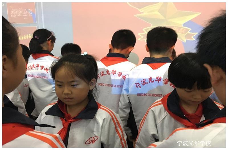 10月13日下午,在中国少年先锋队建队68周年这个庄严的日子里,我校小学二部二年级学生在报告厅举行了一场庄严而又隆重的新队员入队仪式。仪式在嘹亮的《中国少年先锋队队歌》中拉开了序幕。 仪式中,五年级的老队员为103名新队员佩戴了红领巾。在嘹亮的歌声中,队旗和红领巾显得格外鲜艳。 全体新入队的同学在大队长的带领下,高高举起右手大声宣誓:时刻准备着,为共产主义事业而奋斗! 面对先辈用鲜血染红的队旗,新、老队员代表先后发言。他们声情并茂地讲述了一个个感人至深的故事,表达出作为一名少先队员,当以严格的标准规范自己